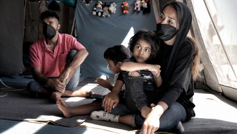 Afghanin Rahela mit Ehemann und Kindern auf Lesbos: Sie erfüllten die Kriterien für das humanitäre Aufnahmeprogramm nicht