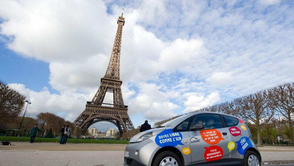 Ein Auto des Carsharinganbieters Autolib vor dem Pariser Eiffelturm