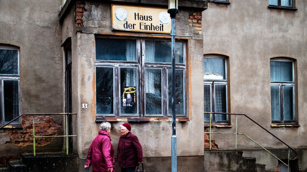 Photo Gallery: Growing Cracks in German Democracy