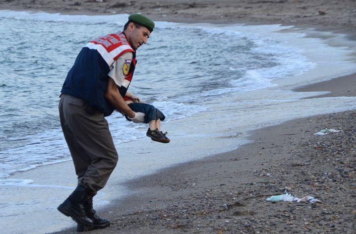 Polizist trägt toten Flüchtlingsjungen Alan