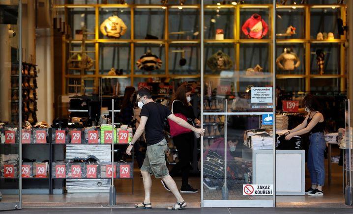 Ein Kleidungsgeschäft öffnet in Prag erstmals seit Monaten wieder