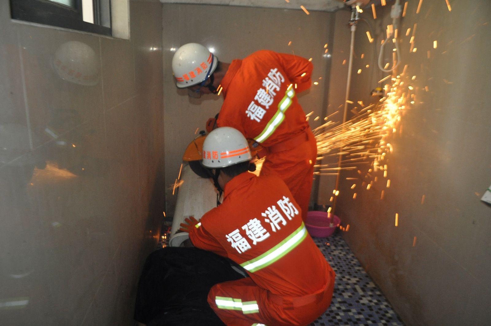 China/ Mann in Waschmaschine