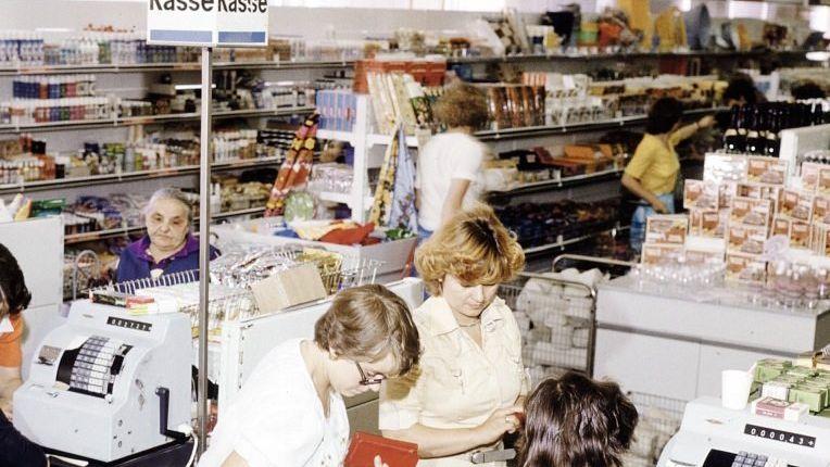 Nicht immer sind die Regale so gut gefüllt wie hier um 1980 in einer Kaufhalle in Cottbus.