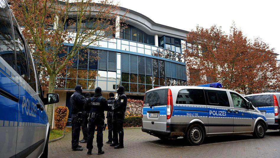 Polizisten bei einer Razzia gegen Rocker im hessischen Dietzenbach