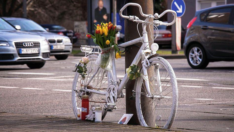 »Ghost Bike« in Köln:Lastwagen rücken bis auf wenige Zentimeter an radelnde Kinder heran