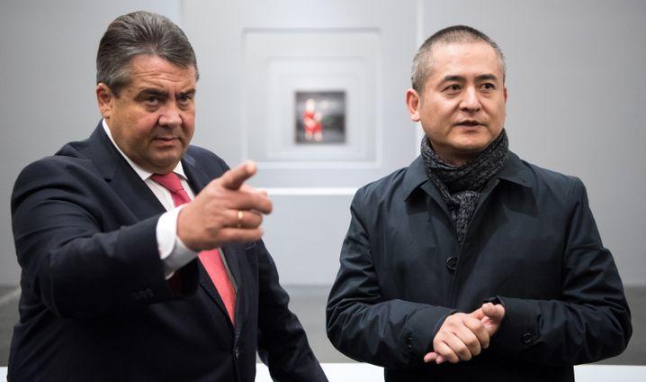 Vizekanzler Gabriel mit Künstler Zeng Fanzhi