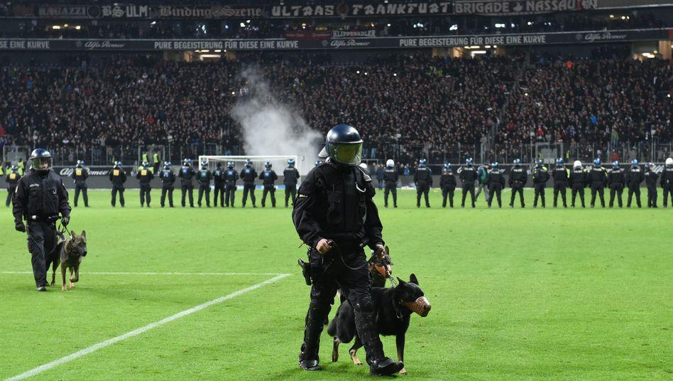 Polizeipräsenz im Fußballstadion