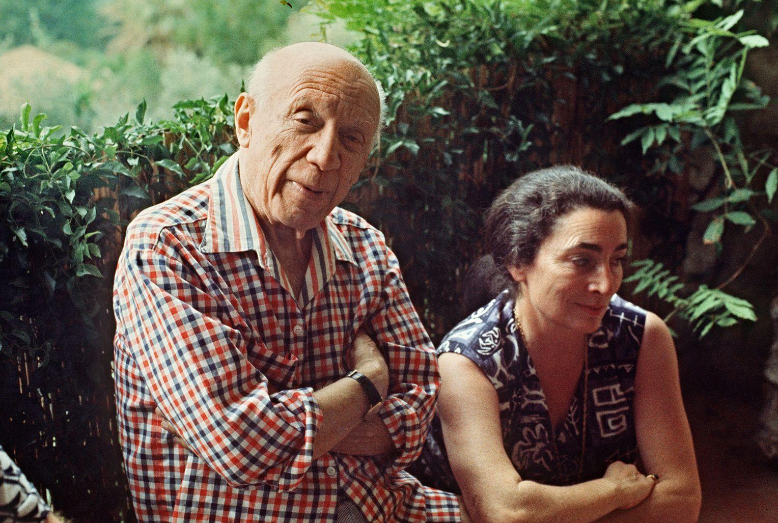 Пабло Пикассо и его вторая жена Жаклин Рок. Художник жил в этом доме до самой смерти в 1973 году. Рок покончила с собой в этом доме в 1986 году. Фото: RALPH GATTI/ AFP