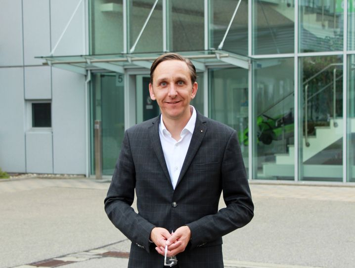 """Nicolas Schweizer: Im Wartebereich am Eingang seiner Firma steht die """"Automobilwoche"""" im Ständer"""