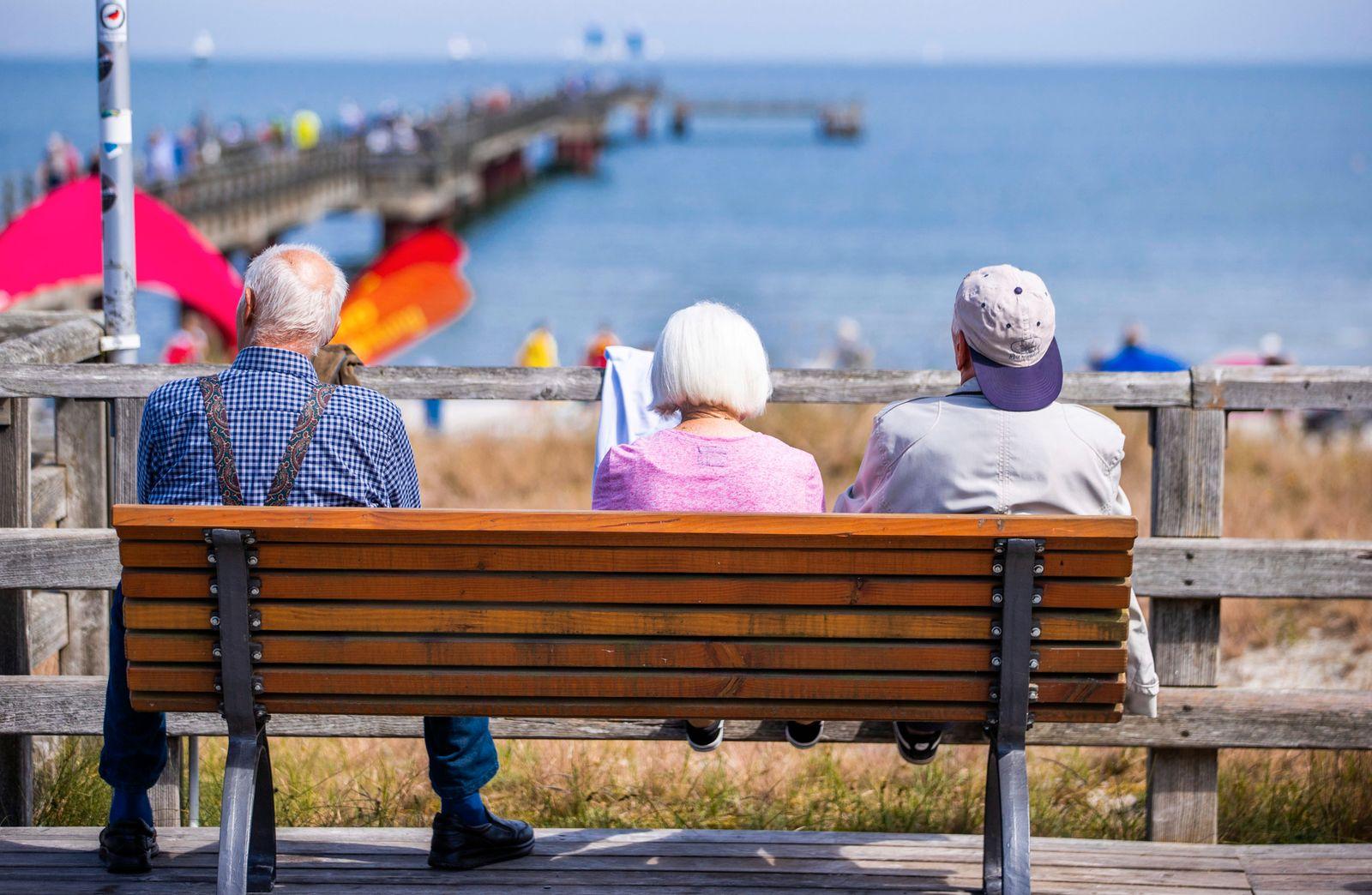 Altere Menschen im Urlaub
