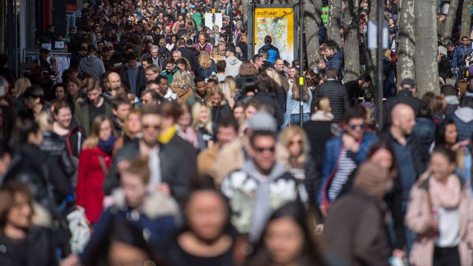 Menschen in der Stuttgarter Königsstraße