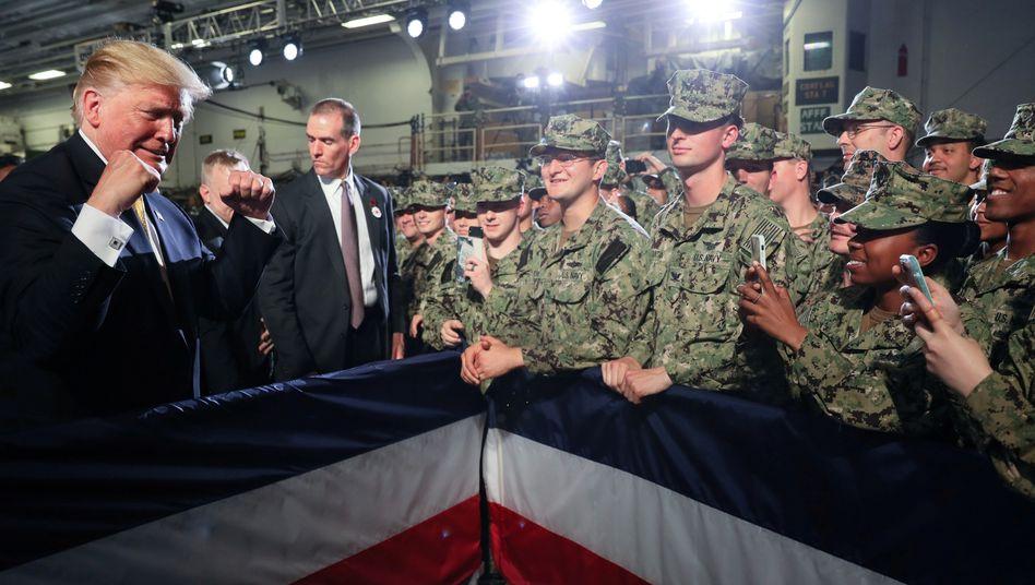 Donald Trump mit US-Soldaten in Japan (2019)