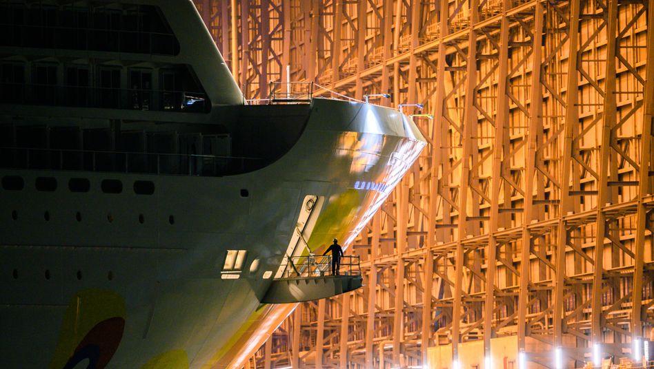 Kreuzfahrtschiff in der Werft (Symbolbild)