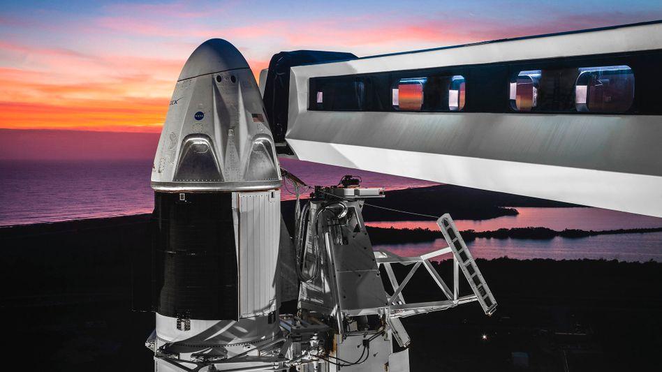 Falcon-9-Rakete mit Raumkapsel am Kennedy Space Center in Florida