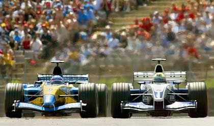 Local Hero: Der Spanier Fernando Alonso (l.), hier beim Überholmanöver gegen Ralf Schumacher, durfte sich am Ende als Zweiter feiern lassen