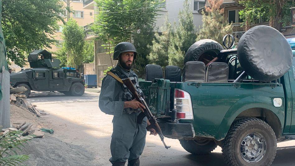 Afghanische Polizei vor der Moschee, in der die Bombe explodierte