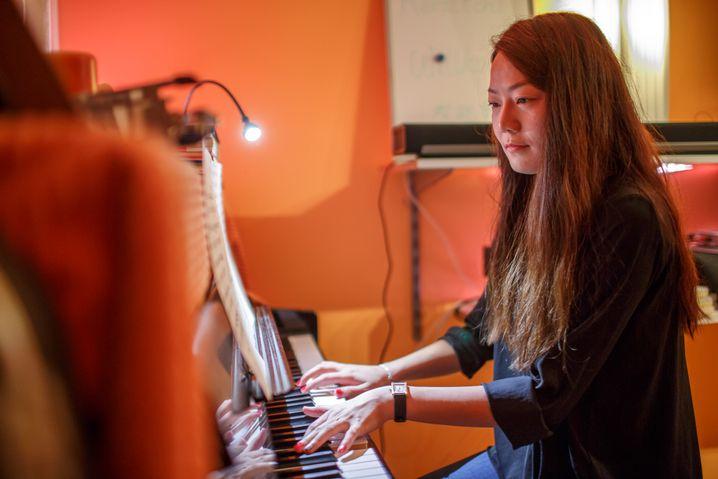 Yong-Er Wu zu Hause am Klavier: Den Alltag der Industrie offenbaren