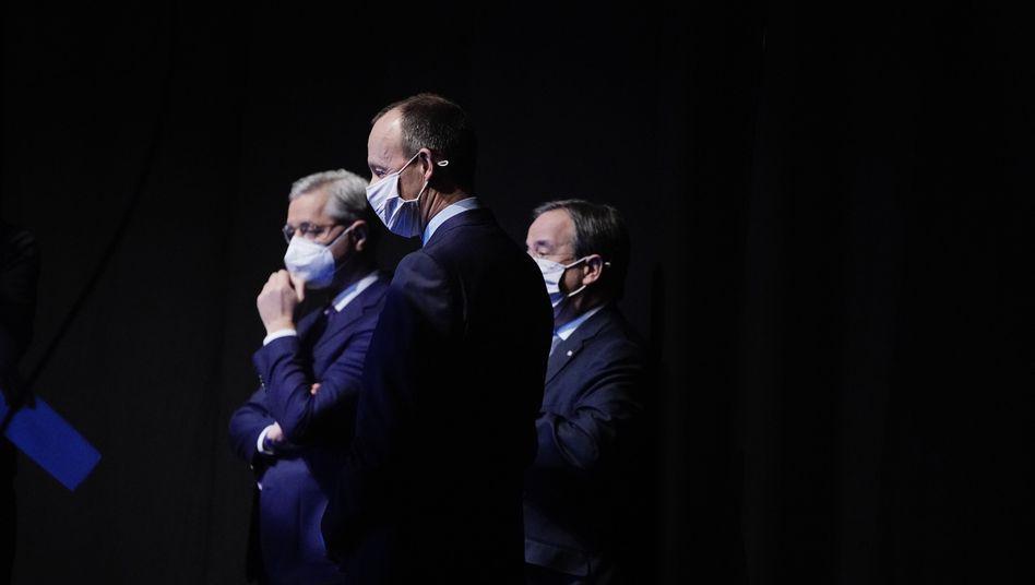 Warten auf den Auftritt – die Masken sind noch nicht gefallen: CDU-Kandidaten Röttgen, Merz, Laschet (v. l.)