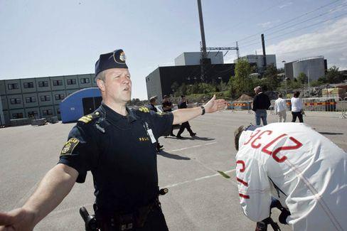 Polizisten sperren das Gelände des Kernkraftwerks bei Oskarshamn ab