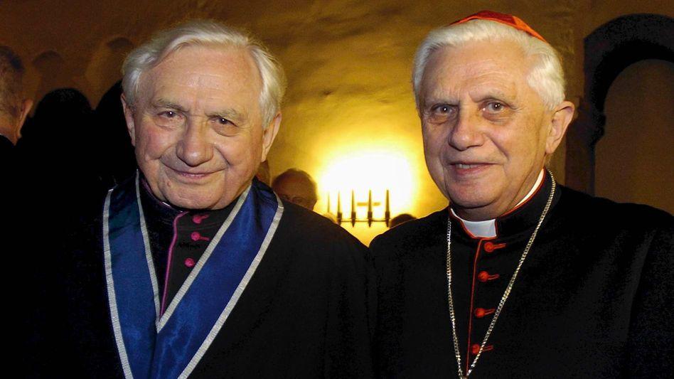 Der frühere Regensburger Domkapellmeister Georg Ratzinger (l.) steht an seinem 80. Geburtstag im Jahr 2004 neben seinem Bruder, Kardinal Joseph Ratzinger, dem späteren Papst Benedikt XVI.