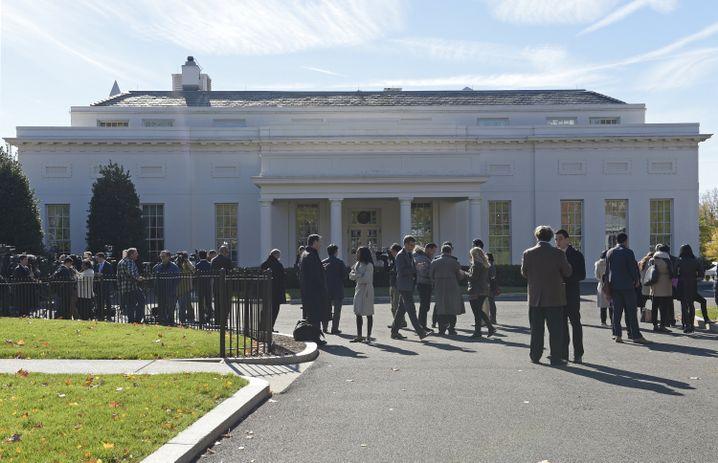 Journalisten vor dem Weißen Haus