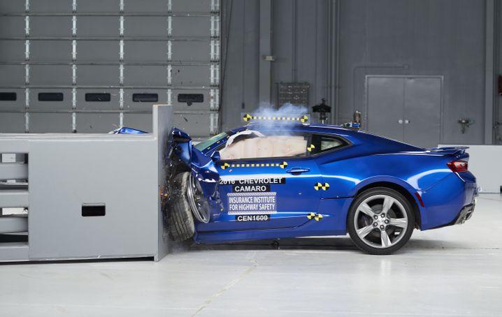 Der Camaro kracht bei der Crashsimulation es IIHS in ein Hindernis