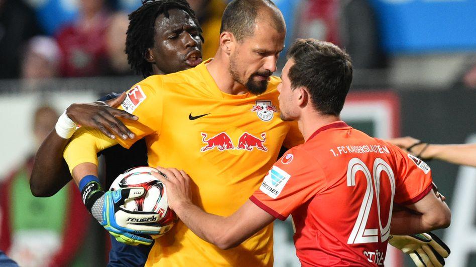 "Kaiserslauterns Kevin Stöger (r.), Leipzig-Keeper Coltorti (M.): ""Großartiger Fight"""