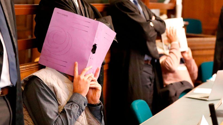 Angeklagte mit Anwälten im Berliner Landgericht (Foto vom 10. Januar)