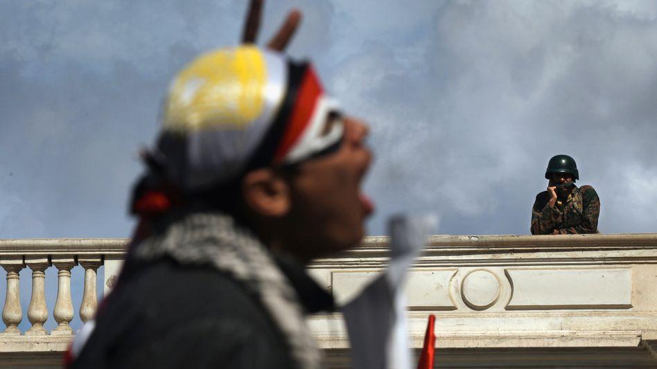 Demonstrant und Soldat: Entscheidet doch am Ende die Generalität?