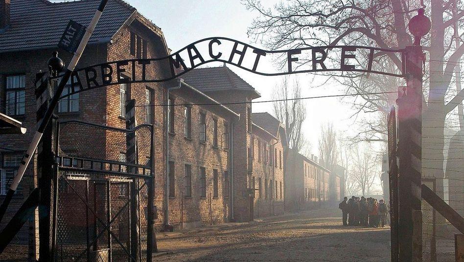 Losung über dem Eingang des ehemaligen Todeslagers Auschwitz