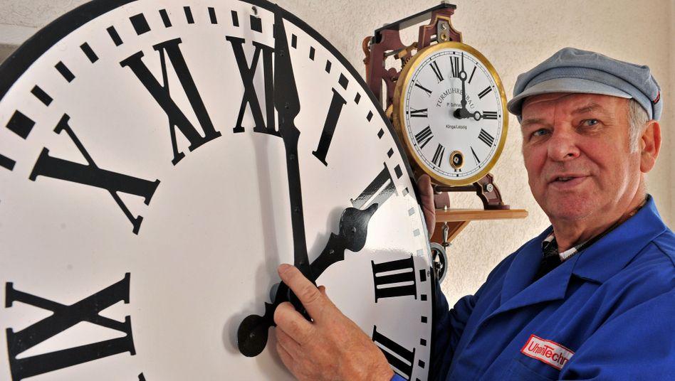Zeitumstellung an einer Uhr