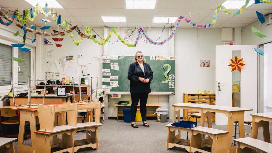 Leeres Klassenzimmer: Am Montag soll der Unterricht an der Hamburger Grundschule An der Haake wieder beginnen