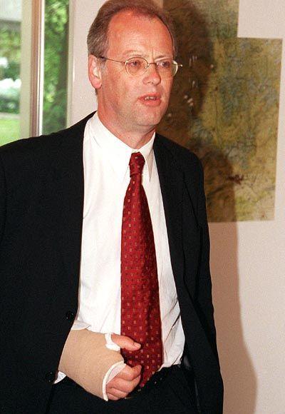 Mit gebrochenem Arm kehrte Minister Scharping auf die Hardthöhe zurück