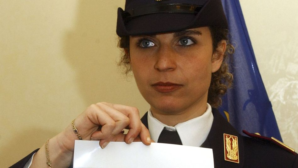 Polizistin mit einem Bild des flüchtigen Matteo Messina Denaro (Archivbild)