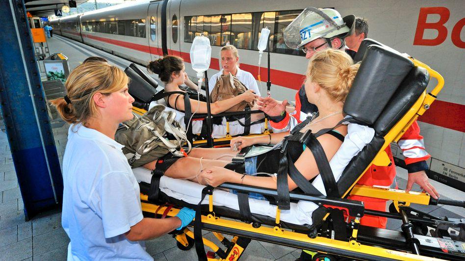 Anfang Juli versorgten Helfer ICE-Hitzeopfer im Bahnhof Bielefeld: Massive Kritik