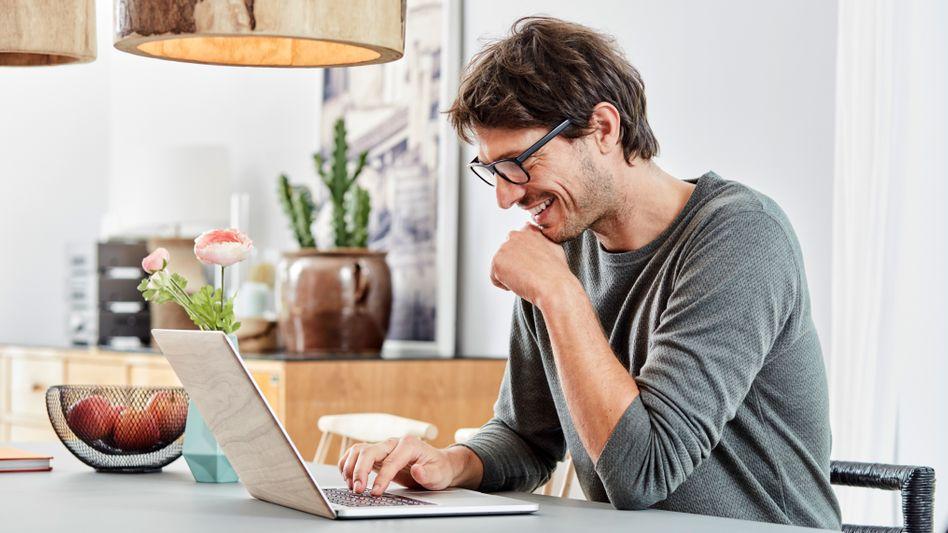 Mann im Homeoffice (Symbolbild): Laut Ifo-Institut könnten viel mehr Beschäftigte von zu Hause aus arbeiten