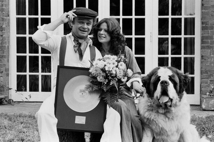 1973 mit Frau Barbara, Bernhardiner und Goldener Schallplatte