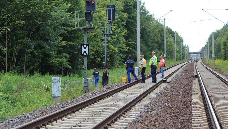 Mitarbeiter von Bahn und Polizei am Samstag an der Bahnstrecke nahe Finkenkrug bei Berlin