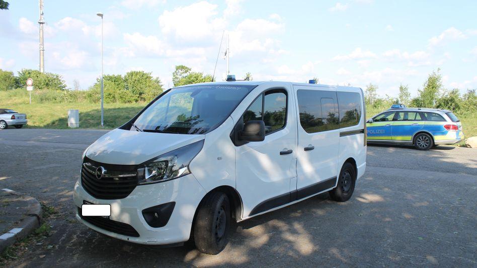 Ausrangiertes Fahrzeug des französischen Rettungsdienstes: Ein 37-Jähriger hat offenbar mit dem Kleinbus andere Fahrer zum Ausweichen genötigt