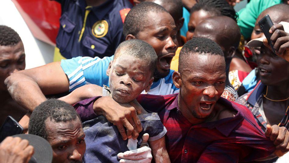Aus dem eingestürzten Gebäude in Lagos gerettetes Kind