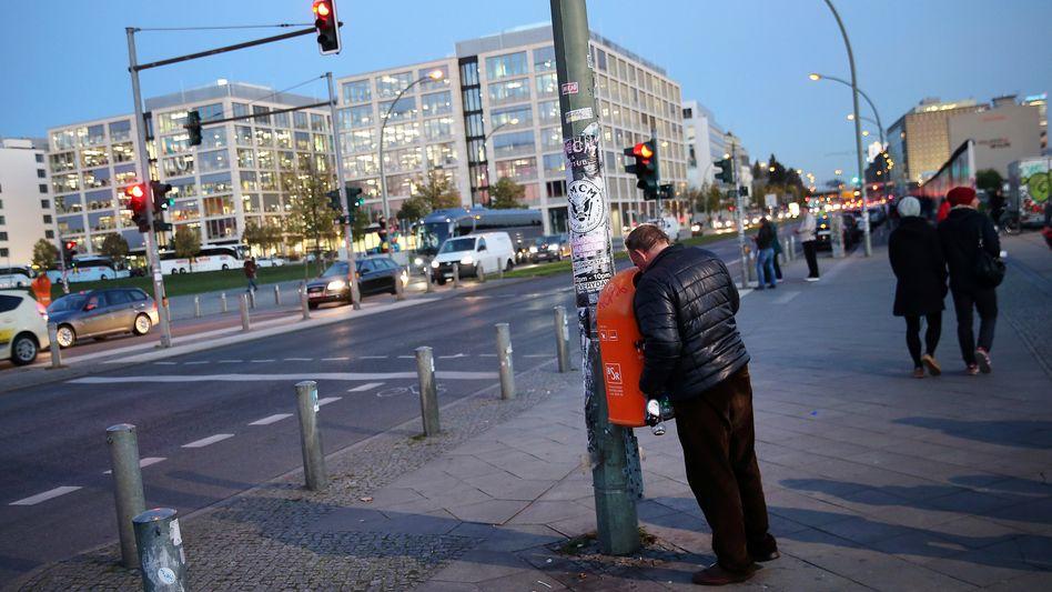 Flaschensammler, Passanten in Berlin