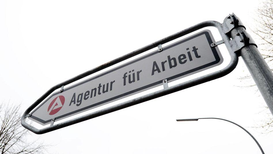 """Schild zur Bundesagentur für Arbeit: """"Mehr Einsparungen sind beim Personal nicht möglich"""""""