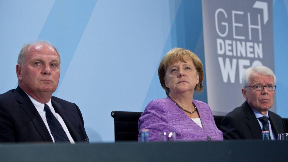 """Bayern-Präsident Hoeneß, Kanzlerin Merkel: """"Eine andere, traurige Facette"""""""