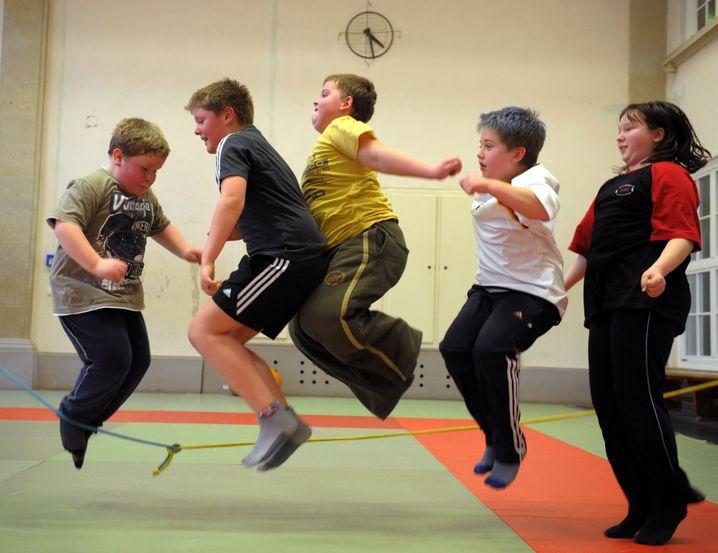 Übergewichtige Kinder beim Sport: Fettspeicher nicht überlaufen lassen