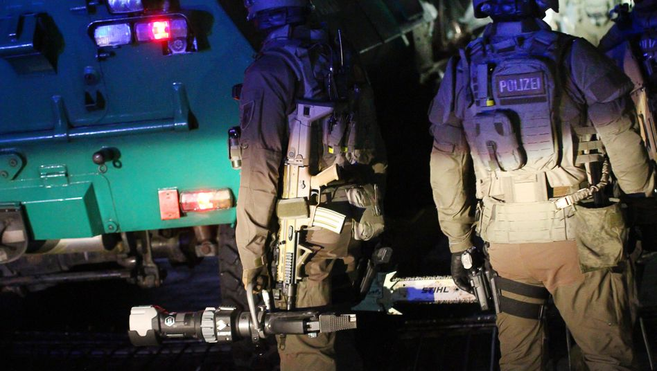 Polizisten mit einem gepanzerten Fahrzeug bei einem Einsatz in Nordrhein-Westfalen (Symbolbild)
