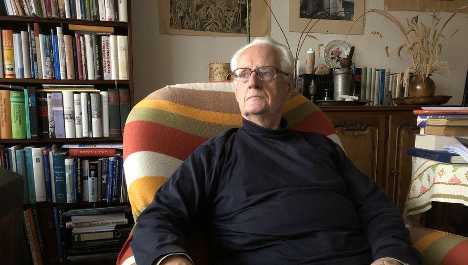 Aktivist Düllmann in seiner Wohnung in Bonn: Ein Überzeugungstäter