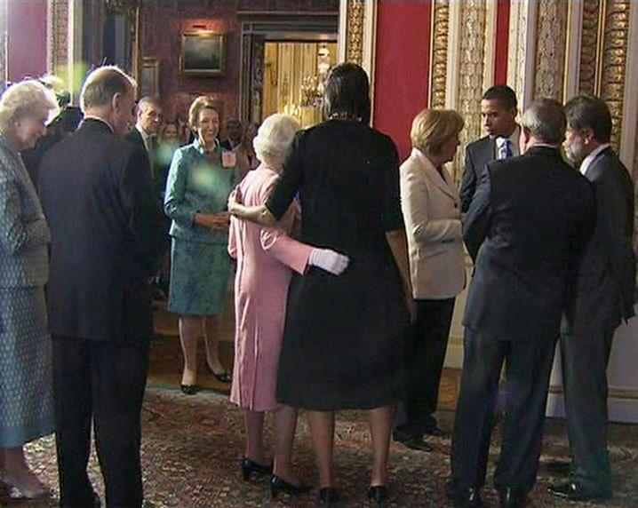 Elizabeth II. und Michelle Obama 2009 im Buckingham Palast