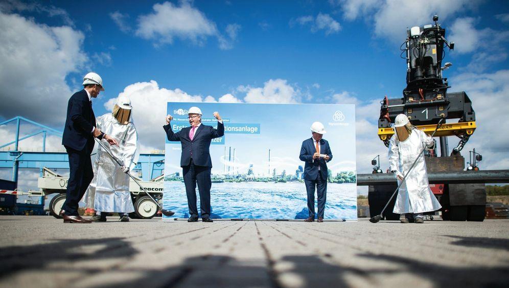 Minister Altmaier (M.), NRW-Ministerpräsident Armin Laschet (2. v. r.):»Wir brauchen was zum Anfassen«