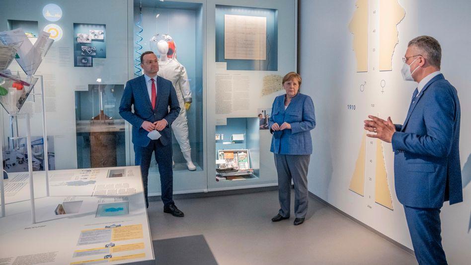 Gesundheitsminister Spahn, Kanzlerin Merkel, RKI-Chef Wieler im Museum des Instituts: Statistisches Zerrbild bei der Impfquote