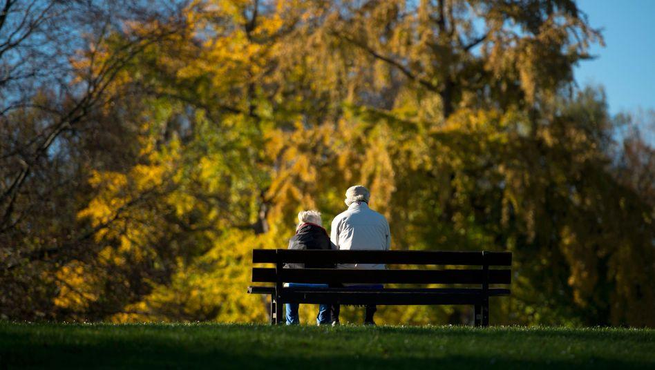 Senioren auf einer Parkbank: Lebensversicherer kürzen die Rendite